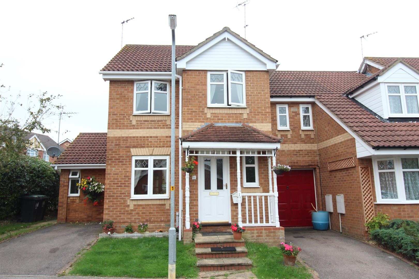 3 Bedrooms End Of Terrace House for sale in Home Close, Irthlingborough